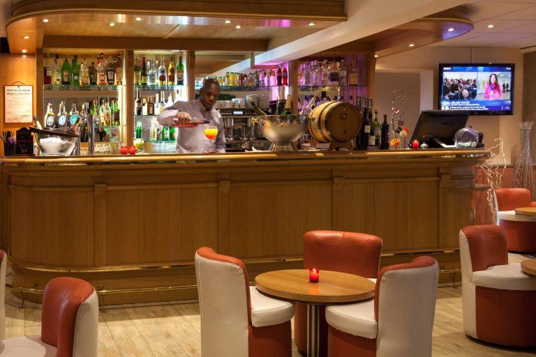 Pause détente au bar du Géographotel Roissy.