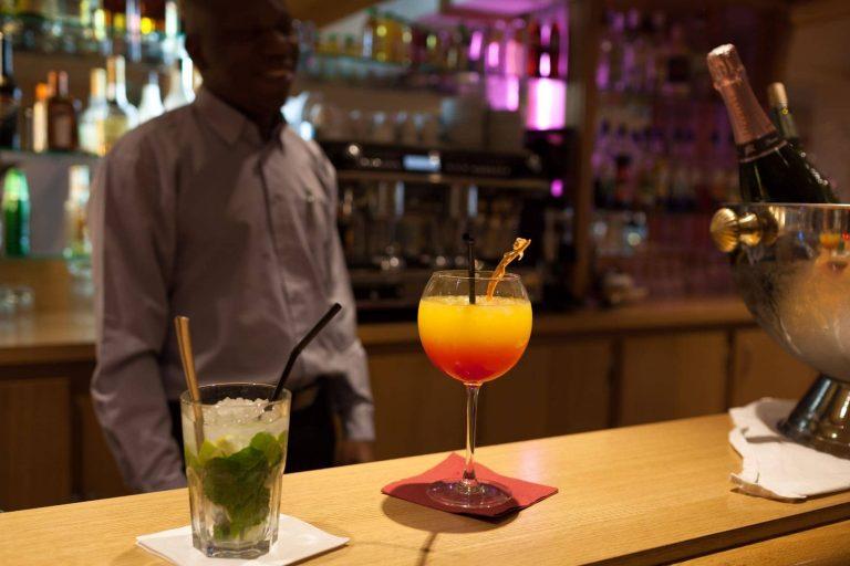 Cocktail maison pour une pause détente au Geographotel Roissy.