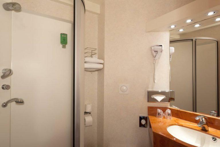 Au Geographotel Roissy, chaque chambre dispose d'une salle de bain bien agencée.