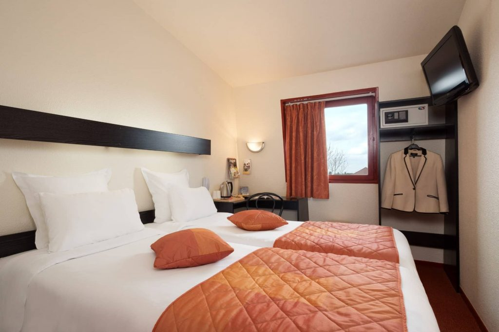 Les chambres twin du Geographotel Roissy.