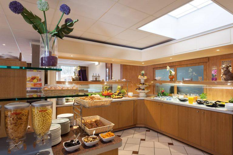 Le Géographotel Roissy propose un petit déjeuner buffet.