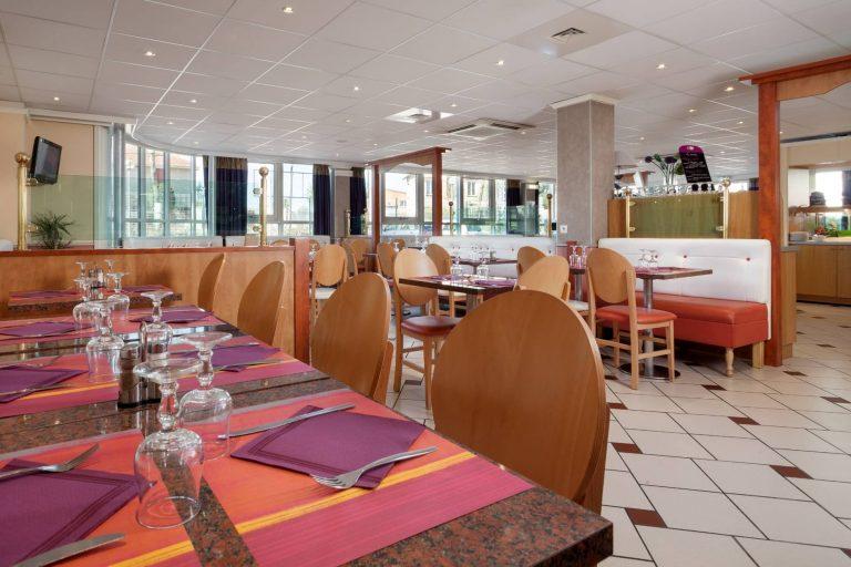La salle de restaurant et de petit déjeuner du Géographotel Roissy.