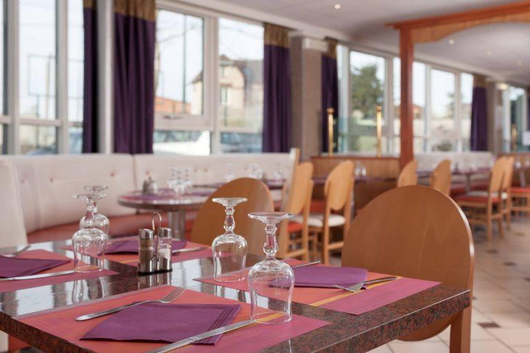 Au Geographotel Roissy, prenez votre repas ou votre petit déjeuner dans une salle lumineuse.