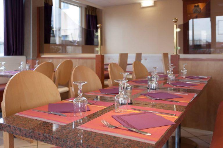 L'espace petit déjeuner et restaurant du Geographotel Roissy.